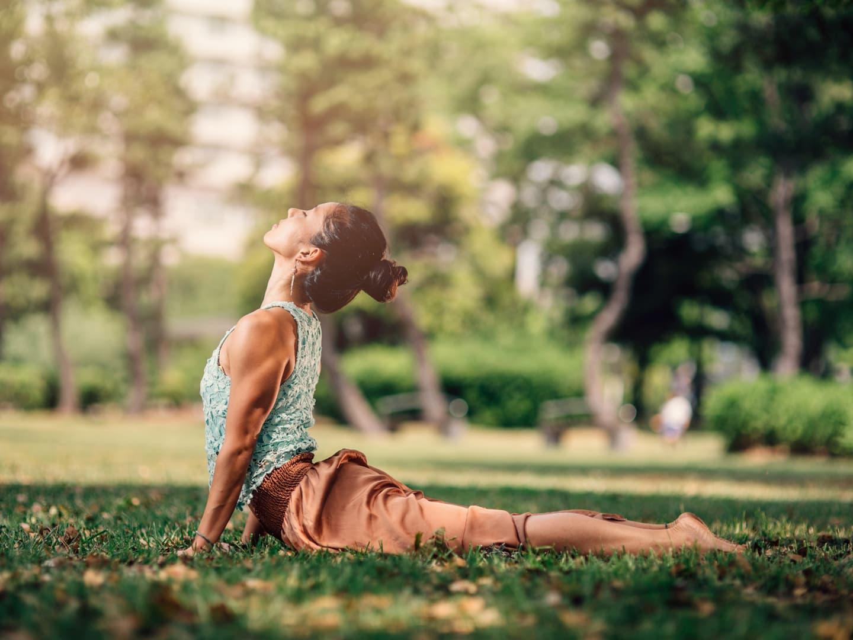 Tư thế yoga rắn hổ mang cải thiện xương khớp