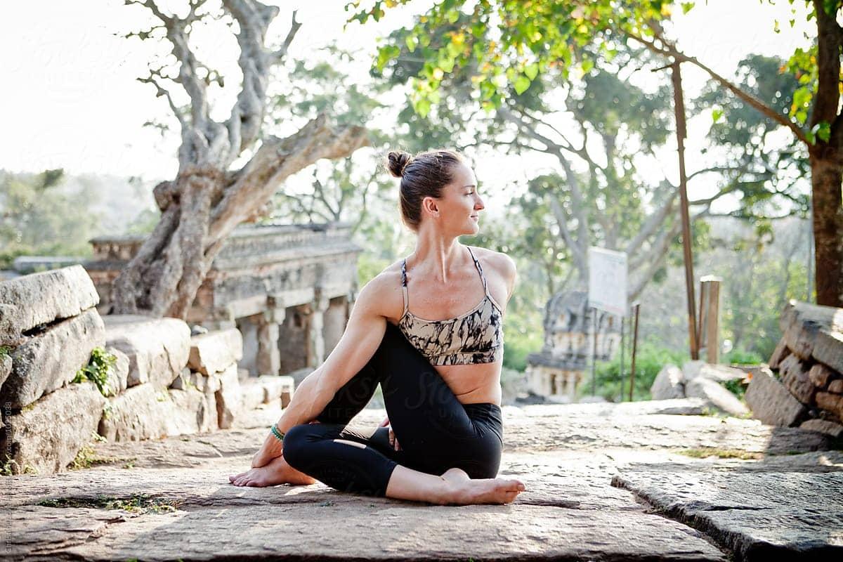 3 động tác yoga vặn xoắn loại bỏ nỗi lo xương khớp