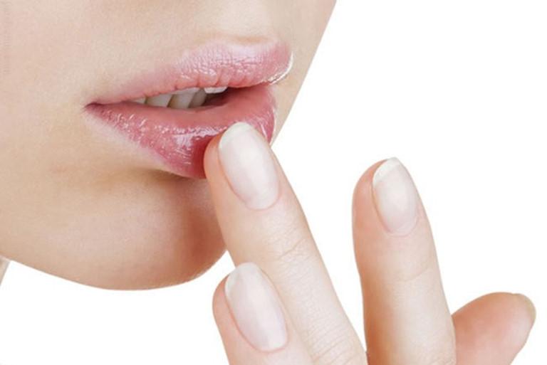 3 cách trị thâm môi bằng kem đánh răng