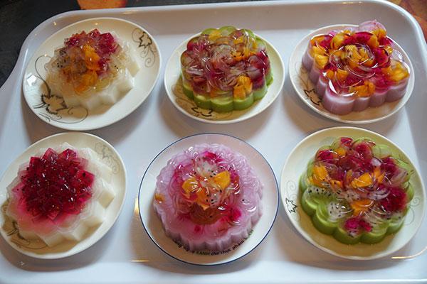 Chuẩn bị các loại hoa quả tùy thích làm nên món rau câu con cá dẻo vị trái cây