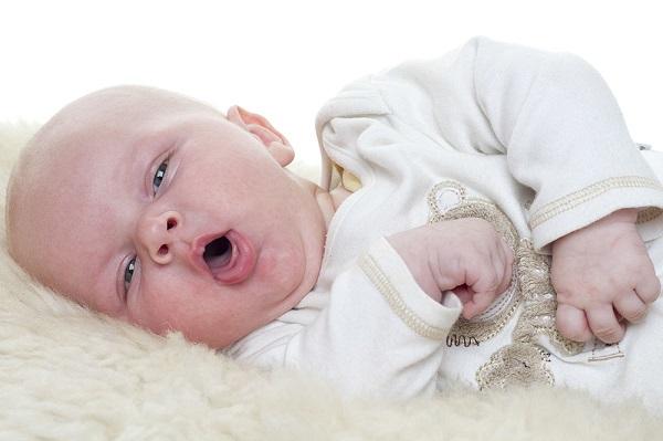Ho là một triệu chứng thường gặp ở trẻ sơ sinh ảnh hưởng không tốt đối với sự phát triển của bé