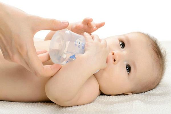 Nước là khoáng chất cần thiết vào mùa đông cần bổ sung cho trẻ sơ sinh