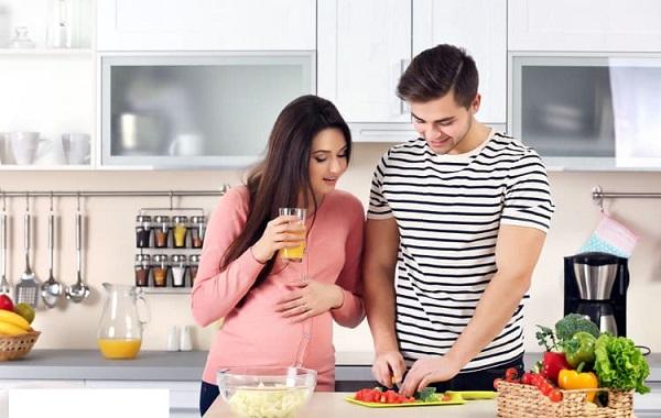 Một chế độ ăn uống đầy đủ dưỡng chất giúp cơ thể của người mẹ khỏe mạnh trong suốt quá trình mang thai cũng như tiếp sức vượt cạn thành công. Đặc biệt hơn nó có ảnh hưởng trực tiếp tới sự phát triển của em bé trong bụng. Vậy chế độ dinh dưỡng của bà bầu như thế nào là sự lựa chọn đúng đắn? Tất cả sẽ được giải đáp cho bạn trong bài viết dưới đây.