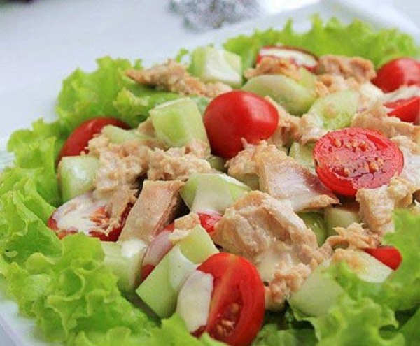 Salad cá ngừ đã hoàn thành và có thể thưởng thức hương vị thơm ngon ngay lập tức