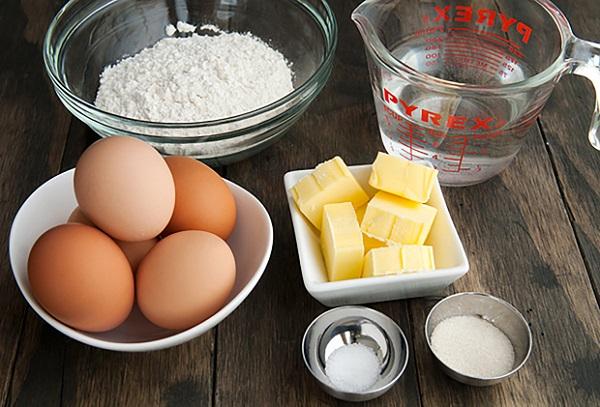 Chỉ với những nguyên liệu đơn giản bạn hoàn toàn có thể làm được những chiếc bánh bông lan thơm ngon tại nhà