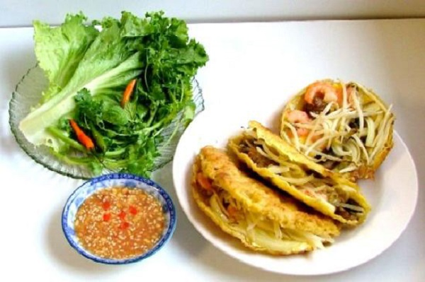 Thưởng thức ngay món bánh xèo miền Trung kèm với rau sống và nước chấm