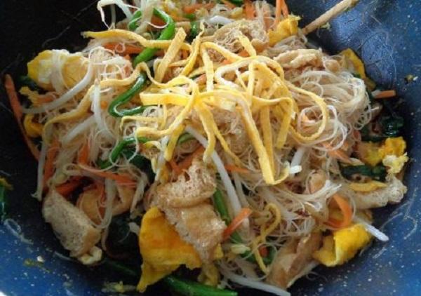 Có thể cho thêm đậu phụ và nấm để tăng hương vị và tạo sự hấp dẫn cho món miến xào chay
