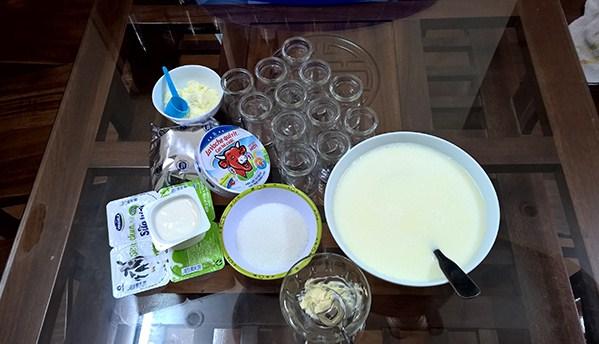 Các nguyên liệu đơn giản tạo nên sữa chua dẻo bằng bột rau câu rất dễ thấy