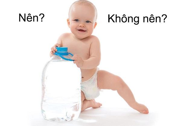 Nước là một trong những khoáng chất rất cần thiết cho cơ thể, giúp cơ thể hấp thu chất dinh dưỡng dễ dàng. Tuy nhiên, có nên cho trẻ sơ sinh uống nước hay không hiện đang là thắc mắc của rất nhiều bậc làm cha mẹ. Trong phạm vi bài viết dưới đây, Unica sẽ giải đáp cho bạn câu hỏi này để chăm sóc con một cách tốt nhất.