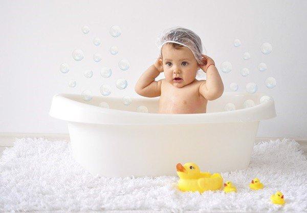 Khi được tắm trẻ em sẽ cảm thấy thoải mái, thư giãn ngủ ngon... hình ảnh này cũng là những giây phút tuyệt vời giữa bố mẹ và bé. Tuy nhiên trong giai đoạn sơ sinh bé còn rất nhỏ, việc tắm cho bé không phải là một việc ai cũng dễ dàng thực hiện được bởi nếu không biết bế đúng cách bạn sẽ làm con sợ hãi, hoặc làm ảnh hưởng đến xương của bé. Để giúp các bậc phụ huynh bổ sung kiến thức tắm cho bé một cách khoa học mời bạn cùng Unica tìm hiểu chi tiết qua bài viết sau đây.