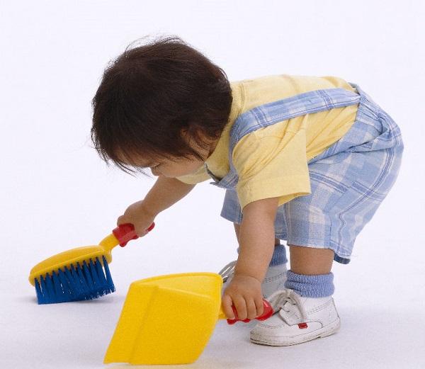 Để trẻ biết làm việc nhà từ khi trẻ có khả năng về mặt thể chất
