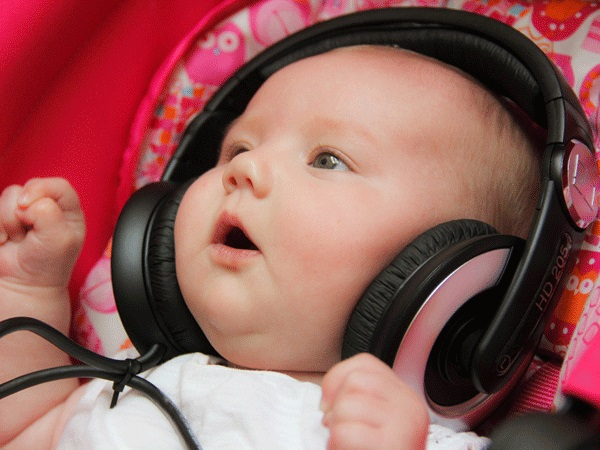Nhạc Mozart có những giai điệu nhẹ nhàng không chỉ tốt cho giấc ngủ của bé mà còn tốt cho việc tư duy