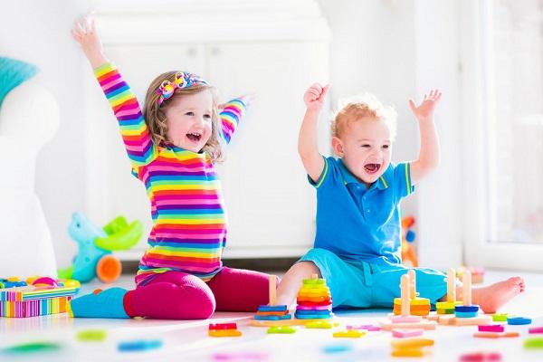 Giáo dục sớm cho con không còn là một thuật ngữ xa lạ đối với các bậc phụ huynh ngày nay. Việc làm này giúp bạn định hướng tương lai cho con, tạo tiền đề vững chắc cho sự phát triển của bé trong những giai đoạn tiếp theo. Vậy, giáo dục sớm cho con dùng phương pháp nào là tốt nhất? Bạn hãy tham khảo 2 phương pháp đang được các bậc phụ huynh áp dụng nhiều nhất hiện nay để tìm cho mình những sự lựa chọn phù hợp nhé!