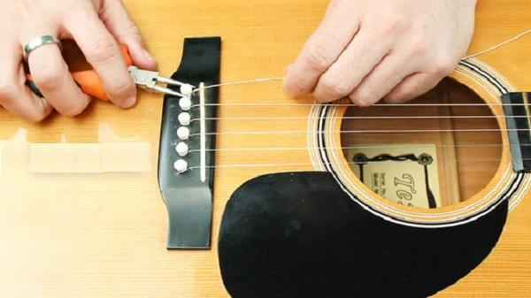 Các dụng cụ đi kèm để thay dây đàn Guitar