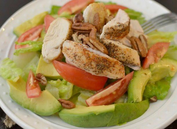 Món salad bơ rất thích hợp cho bạn và gia đình thưởng thức trong bữa ăn tối tại nhà.