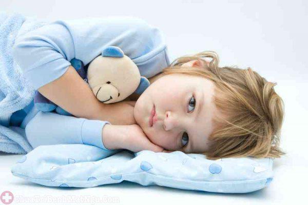 bé khó ngủ thiếu chất gì