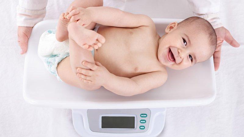 bé 4 tháng tuổi cân nặng bao nhiêu