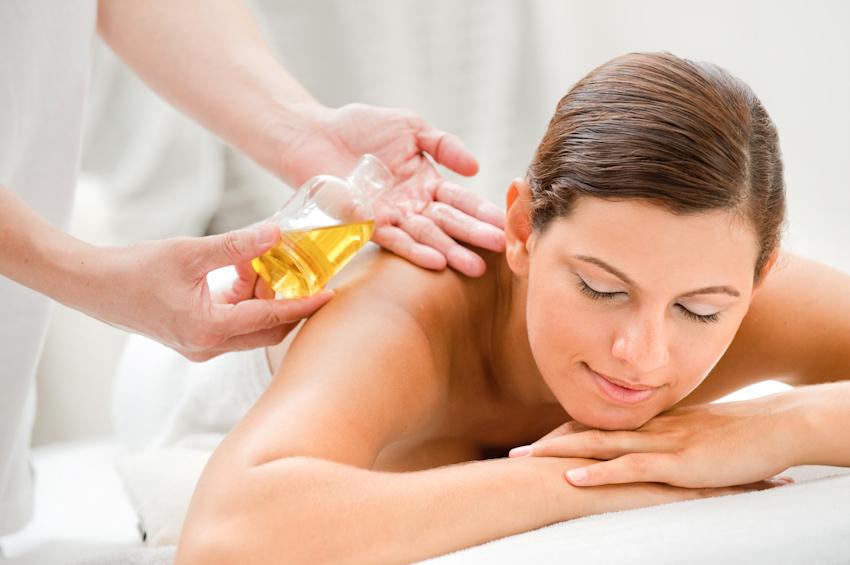 massage thư giãn với tinh dầu