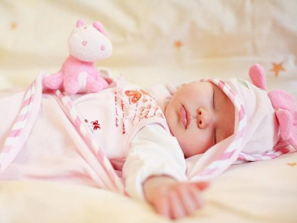 Trẻ sơ sinh ngủ ít có sao không?