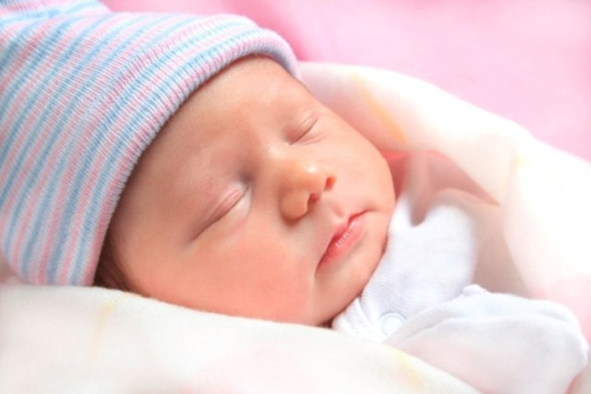 trẻ sơ sinh ngủ ngày thức đếm