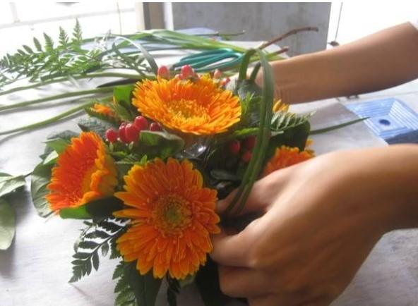 3 cách cắm hoa để bàn
