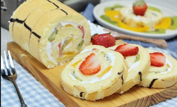 Cách làm bánh bông lạn cuộn hoa quả