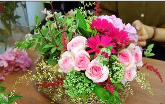 Cách cắm hoa hồng để bàn