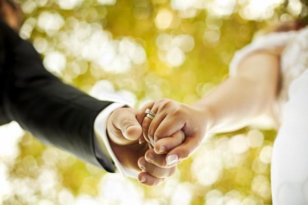 Chồng ngoại tình có nên ly hôn