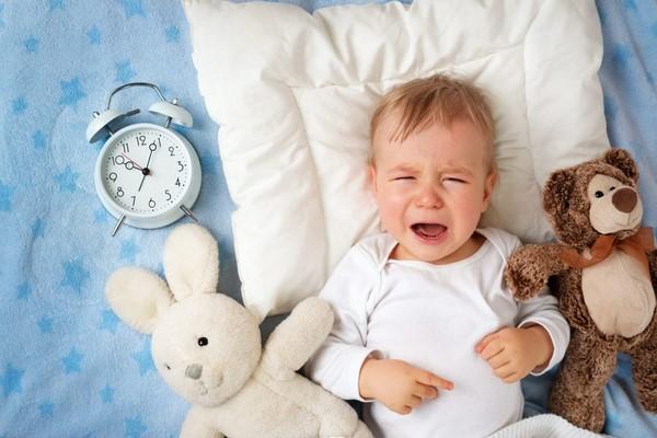 Trẻ sơ sinh ngủ ngày thức đêm phải làm sao