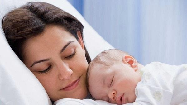 giải đáp thắc mắc: Trẻ sơ sinh ngủ ngày thức đêm phải làm sao
