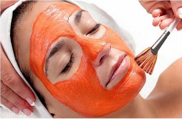 Đợi 15-20 phút để dưỡng chất ngấm vào da, sau đó rửa sạch mặt với nước lạnh