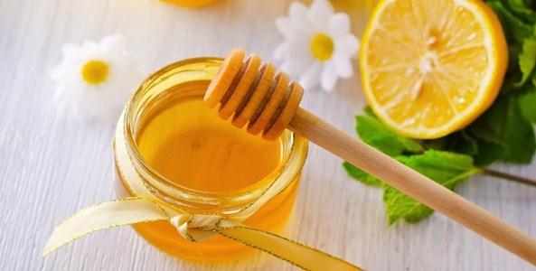 """Mật ong giúp dưỡng ẩm, trị thâm mụn và làm sáng da mà mật ong còn là một chất chống oxy hóa mạnh mẽ giúp làn da chống được """"căn bệnh"""" lão hóa da"""