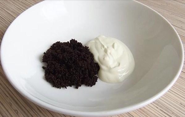 Tẩy da chết bằng cà phê và sữa chua sẽ trả lại cho da vẻ rạng rỡ, tươi sáng, giúp dưỡng chất trong mặt nạ và các sản phẩm dưỡng da hoạt động hiệu quả hơn