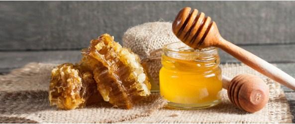 Bạn có thể sử dụng mật ong để thay cho sữa rửa mặt vào buổi tối