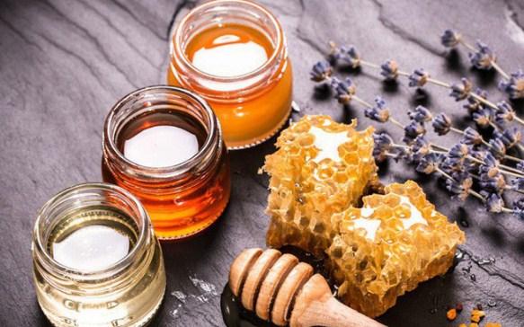 Mật ong có chứa nhiều loại vitamin và axit amino có lợi cho da, đặc biệt với làn da bị mụn. Kết hợp bia và mật ong sẽ giúp cân bằng độ ẩm cho da và trị mụn, đồng thời đem đến làn da trắng hồng rạng rỡ.