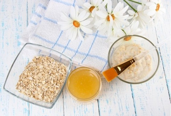 Mặt nạ yến mạch lòng trắng trứng sẽ giúp bạn loại bỏ dầu thừa và se khít lỗ chân lông