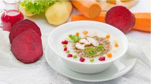 Cháo dinh dưỡng dành cho trẻ em với thịt xay và rau củ