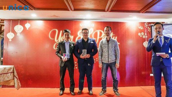 Ông Nguyễn Trọng Thơ trao thưởng cho Top 1 Affiliate