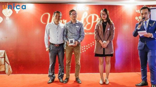 Ông Cao Xuân Hoài Vương trao giải 2&3