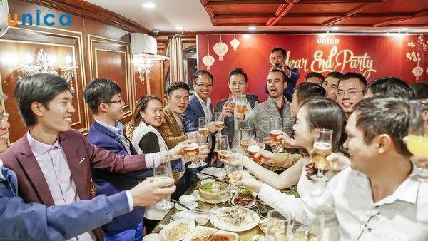 khách mời cùng đội ngũ Unica cùng nâng ly