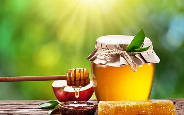 Đắp mặt nạ trị mụn và vết thâm từ táo và mật ong