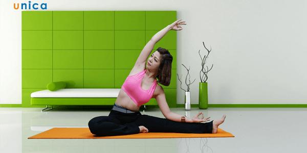 Nguyễn Hiếu dạy tập yoga