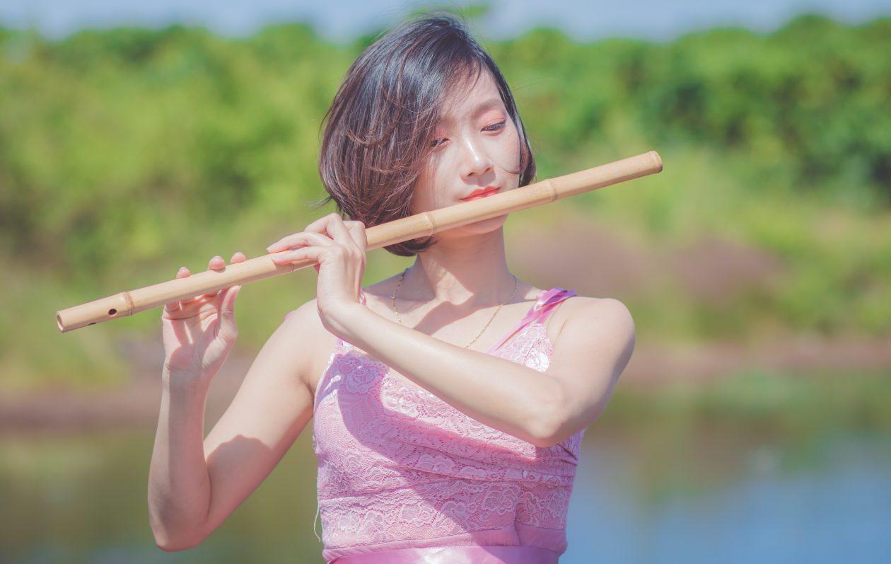 Giảng viên Đinh Linh dạy thổi sáo trúc thông qua khóa học trên Unica