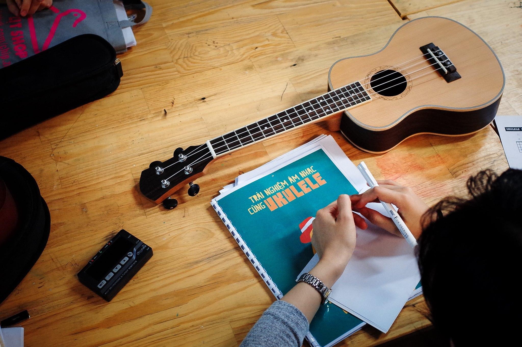 Khi học đàn Ukulele bạn nên ghi âm lại những gì mình đã chơi và sửa chữa