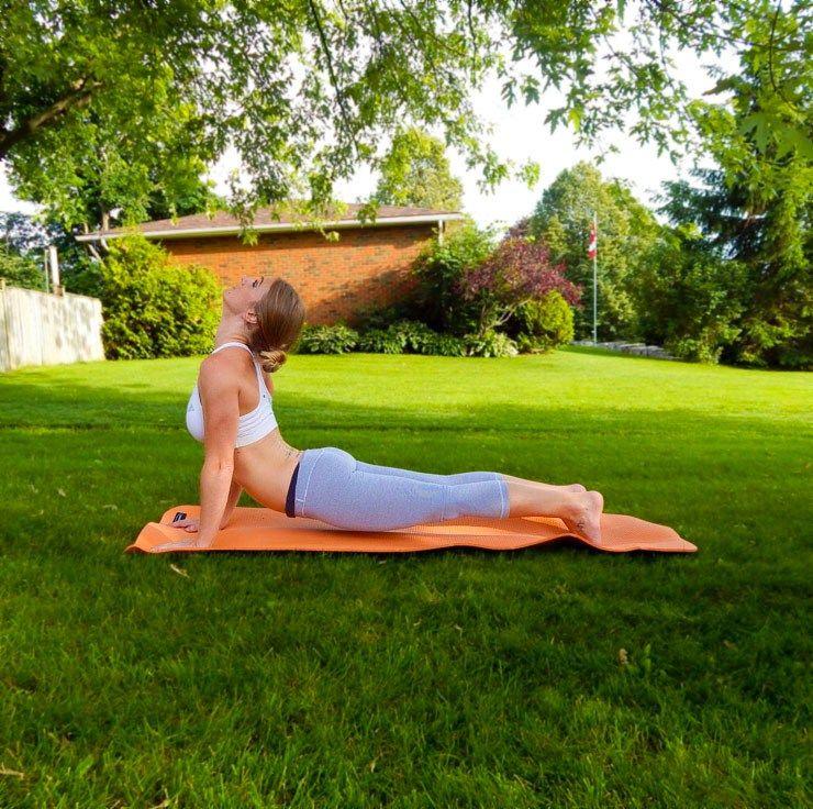 Bài tập yoga vào buổi sáng với tư thế ưỡn người ra phía trước