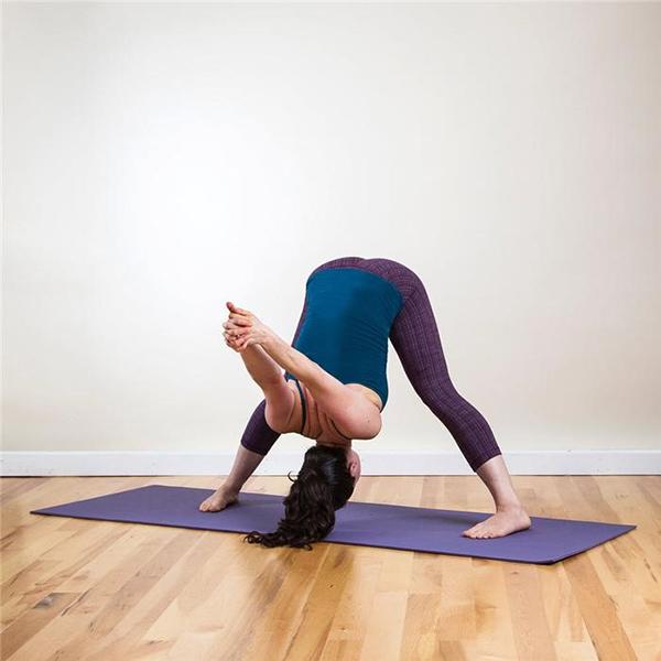 Bài tập yoga vào buổi sáng với tư thế khom người
