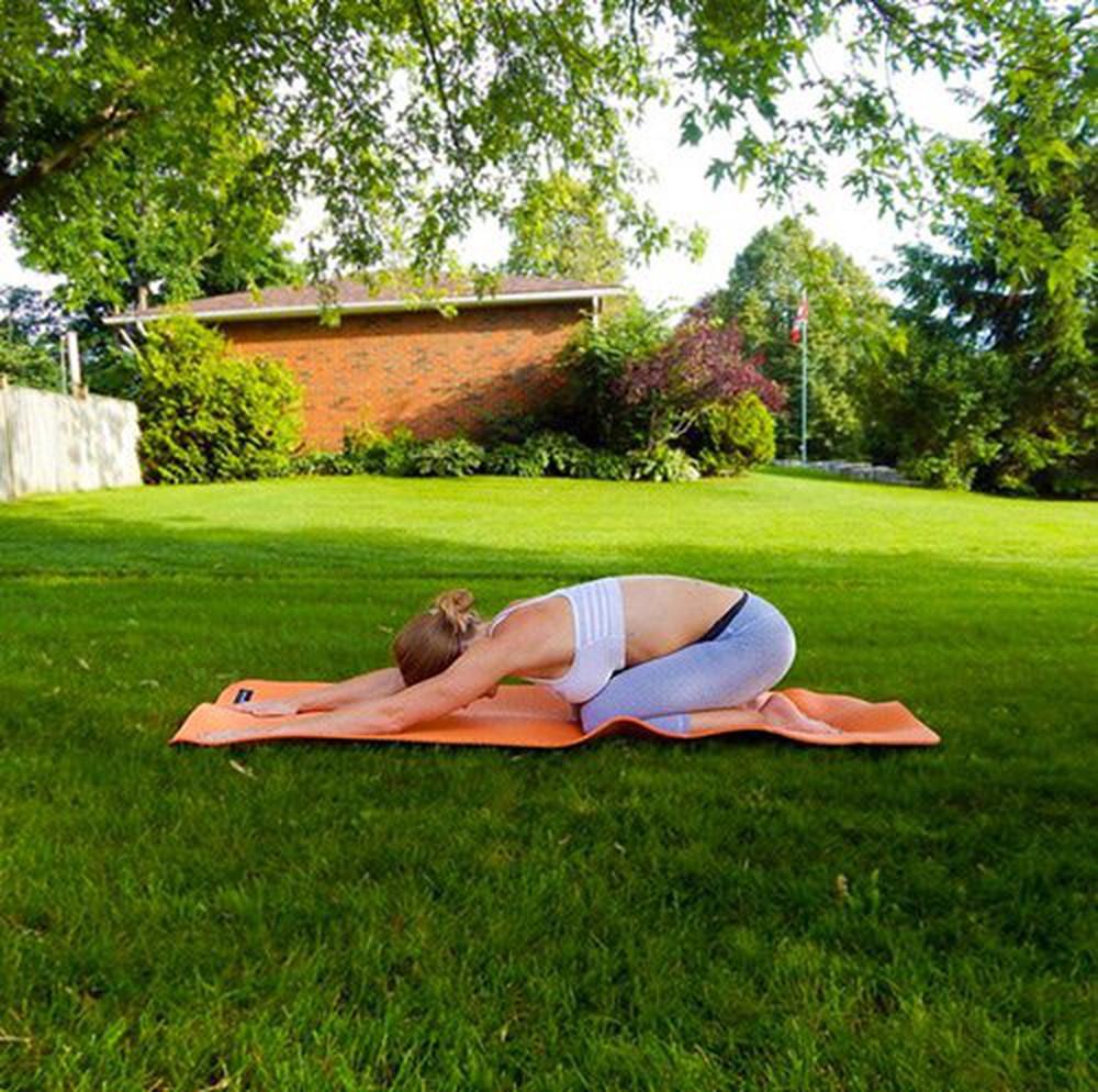 Bài tập yoga buổi sáng với tư thế quỳ gập người