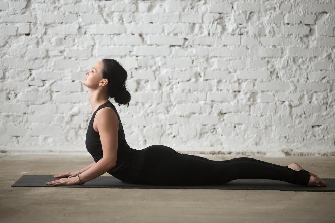 Bài tập yoga chữa thoái hóa đốt sống cổ với tư thế rắn hổ mang