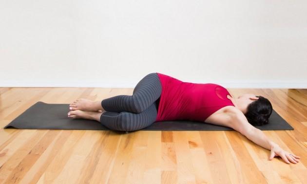 Bài tập yoga eo thon với tư thế vặn mình