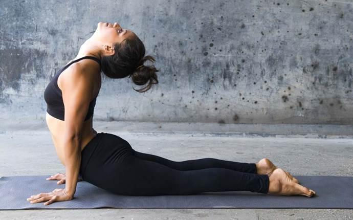 Bài tập yoga giảm cân cho người mới tập với tư thế rắn hổ mang